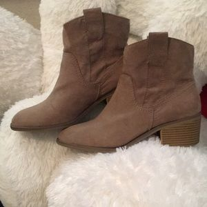 Tan/Taupe Ankle Booties!!